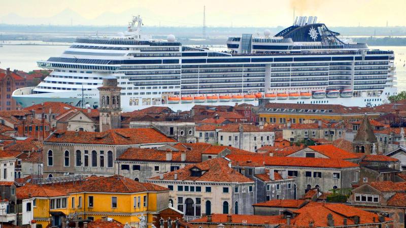 """Transatlântico MSC Preziosa """"invadindo"""" o canal da Giudecca em Veneza"""