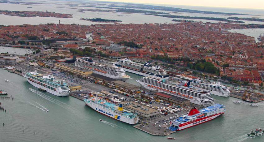 """Transatlânticos """"invadindo"""" os canais e o porto de Veneza"""